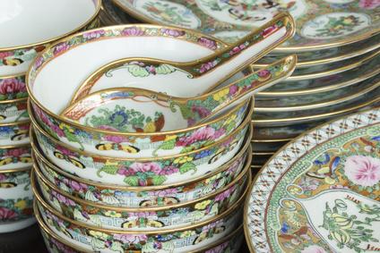 Chinesisches Porzellan, handbemalt und gestapelt